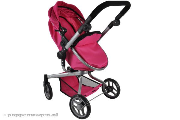 Buggy stand naar de pop toe.
